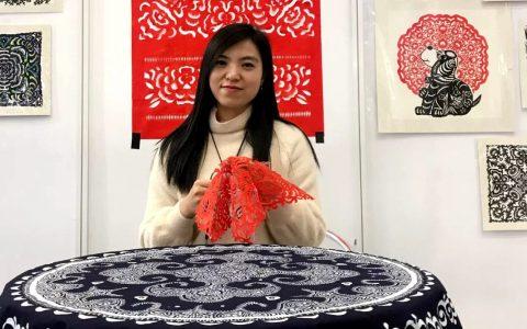 """贵州剪纸非遗传承人岳红霞用自己的方式加入""""战疫""""行列"""